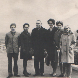 Группа теоретиков IV курса Луганского государственного музыкального училища на экскурсии в г. Краснодоне, 1967 г.